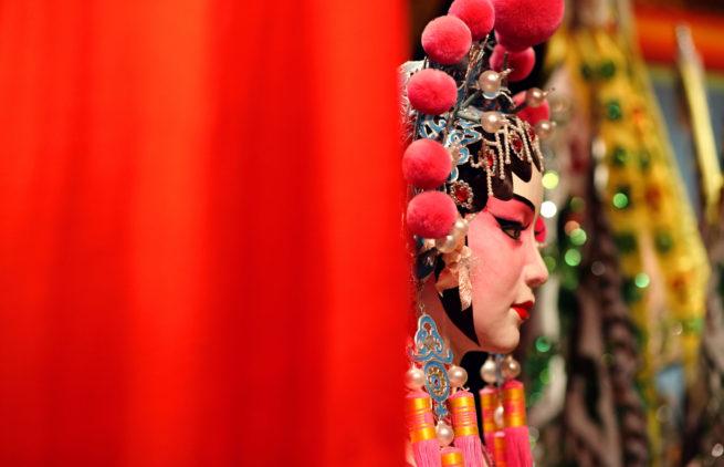 01-Cantora-da-Ópera-de-Pequim-se-concentra-antes-do-show